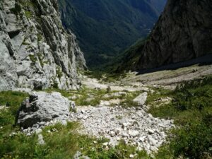 Skuta Trail - The path keeps ascending over a scree